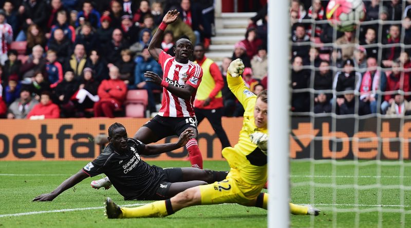 SOUTHAMPTON, ENGLAND - MARCH 20:  Sadio Mane of Southampton shoots past Mamadou Sakho and Simon Mignolet of Liverpool to score their first goal during the Barclays Premier League match between Southampton and Liverpool at St Mary's Stadium on March 20, 2016 in Southampton, United Kingdom.  (Photo by Alex Broadway/Getty Images)